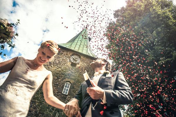 Simon Knösel - Hochzeitsfotograf in HannoverPerfekte Hochzeitsfotografie by Simon Knösel. Der Hochzeitsfotograf aus Hannover. Beeindruckende Hochzeitsfotos von eurer Hochzeit.