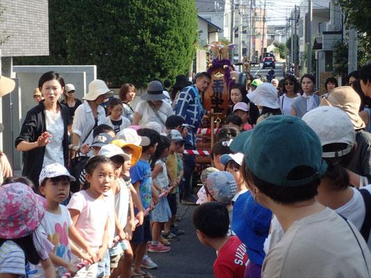 子供達 太鼓の山車を引き廻し