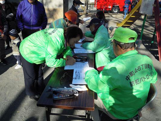 受付で避難者カードの訓練