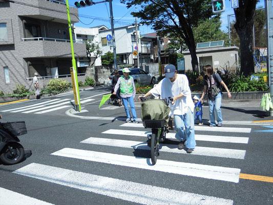 横断歩道に立ち、安全通行に努めました