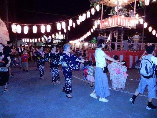 女性陣の優雅な踊り