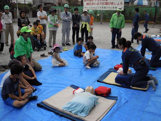 AEDの救命訓練 子供も熱心です