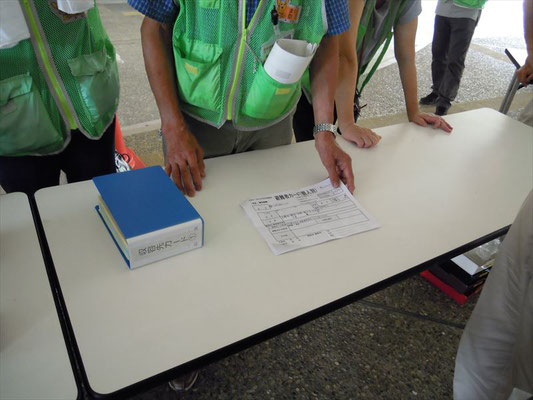避難者カードを書きます