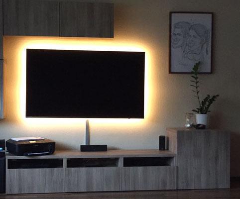 Beleuchteter Fernseher, Gesamtleistung 40W, LED-Band: 9,6W/m/2700K, Steuerung und Dimmung per Fernbedienung