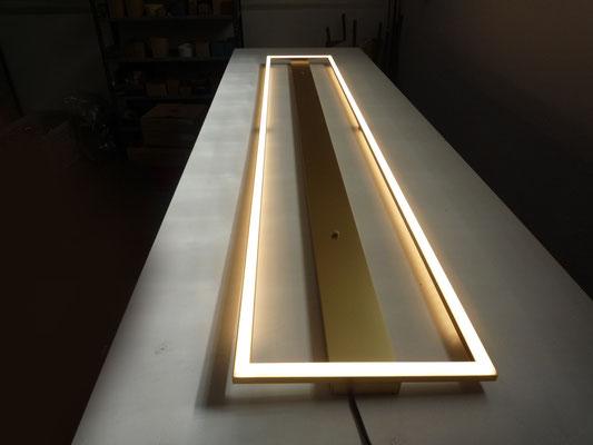 LED-Leuchte in Gold, Maße 1800x300mm, Gesamtleistung: 100,8W*