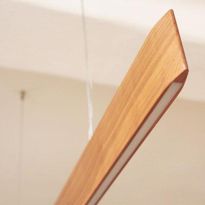 LED-Hängeleuchte aus geöltem Kirschholz, Abmessung: 1.250x80x18 mm LED-Band: 12W/m, nach oben: 7,2W, nach unten: 14,4W, 3000K dimmbar