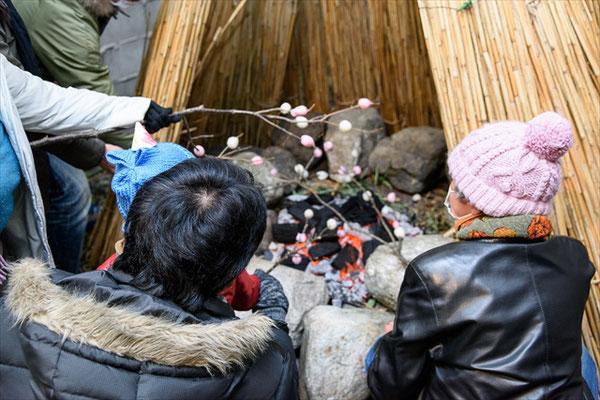 葦の祠で炭火を起こし、繭玉団子をふるまいます。機会が失われつつある「どんど焼き」を通じて地域の文化に触れ、世代間の交流をはかります。