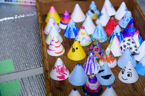 多くの人の手によって彩られた2000個のツノが、来場者の頭に乗って話題と共にお祭りの街へ繰り出していきます。