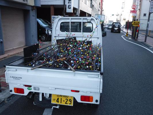 かざりは祭典を含む1か月の間街を彩り、街頭のものは期間終了後回収処分を行います。