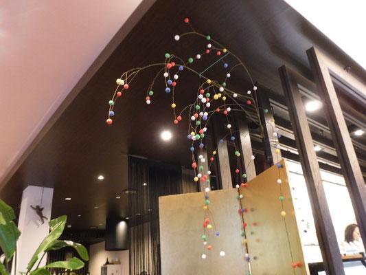 こちらは和菓子屋さんの店内の柳飾りです。 商店街では例年の参加により、かざりの質や見せ方も巧みになっています。小物をあつらえたり、独特な形をつくったり、個性を発揮しているので散策がてら見て回るのも一興です。