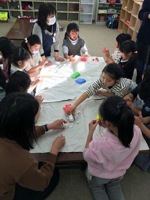 甲府に滞在中の海外アーティストらによる協力企画として学童保育でのワークショップも実施されました。