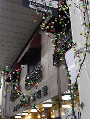 アーケードを彩る繭玉飾り。本年度の参加軒数は89件に及びました。