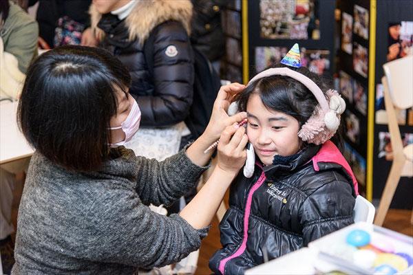 ツノだけじゃない!地域の化粧品店による鬼メイクコーナーも好評でした。