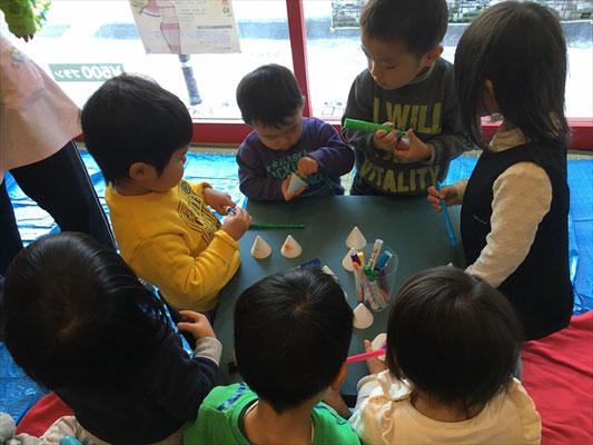 保育施設とカフェの協力企画による親子で楽しむ飾りづくりイベント
