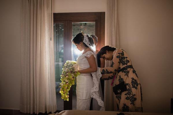 arreglando vestido de novia en boda