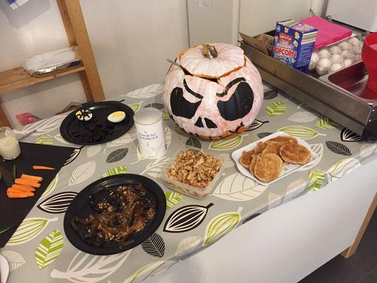 HALLOWEEN 2019 repas de sorcière avec vers de terre, crottes de chat & doigts coupés