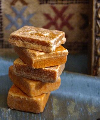 Amber ist ein Parfüm Stein aus Marokko. Amber, Vanille und Rose - drei wunderbare Duftnoten, die in diesem Duftstein zu einer wunderbaren Duftkompostion vereint sind. Auch als Duft im Wäscheschrank im Badezimmer, im Auto usw. gut zu verwenden.