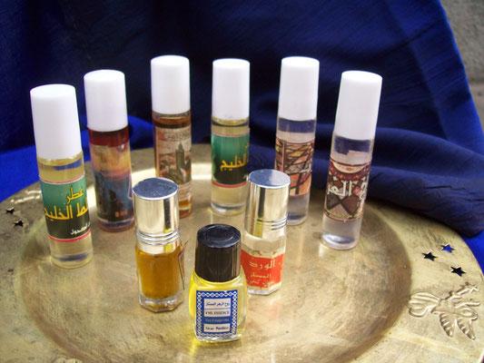 """Orientalische Düftöle """"Amber, Moschus, Patchuli und Jasmin"""" sind 100% reine Öle. Der feine Duft entwickelt sich nach dem Auftragen auf dem Körper und entfaltet seine besondere Note, die lange anhält."""
