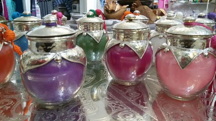 Marokkanische Duftkerze im Glas mit handgearbeiteter Umrandung und Deckel versilbert. Wenn die Kerze ausgebrannt ist, kann man das Glas zum Beispiel mit Badesalz füllen.