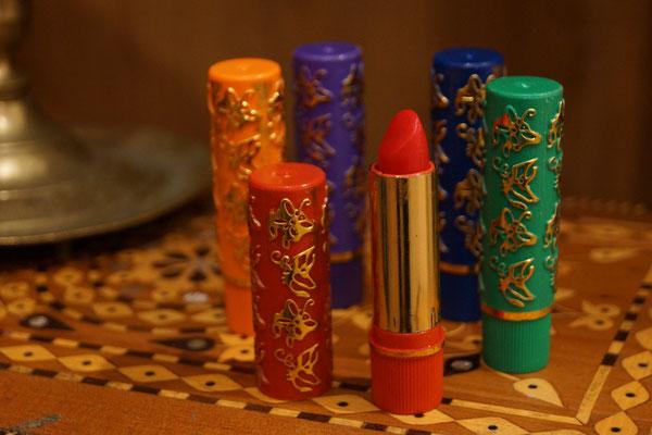 Die Henna-Lippenstifte gibt es in verschiedenen Pinktönen. Ihre volle Farbkraft entwickeln sie kurz nach dem Auftragen durch den PH-Wert des Körpers. Deshalb wirkt der Lippenstift bei jeder Frau individuell. Er pflegt die Lippen und hält stundenlang.
