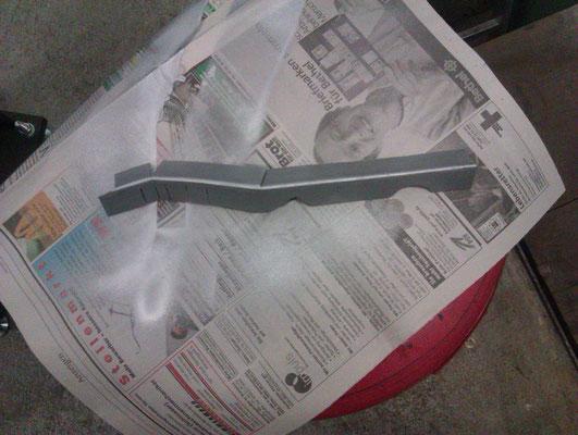 Das handgevormte Blechstück für die Wiederherstellung des Kofferraumbodens.