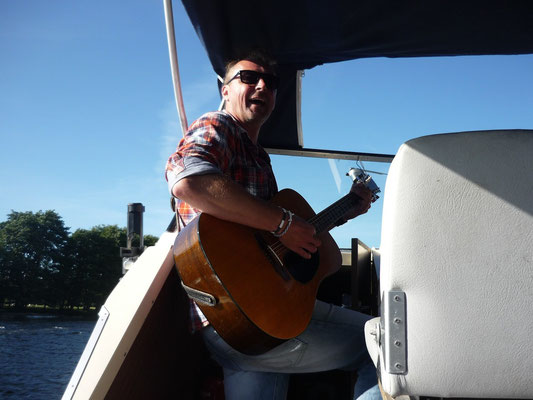 Singing the Hamburgian anthem on a boat trip in Norway 2012