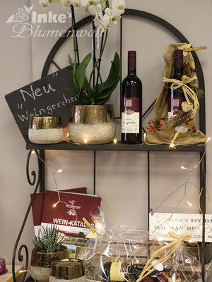 Weingeschenke in Blumenarrangements