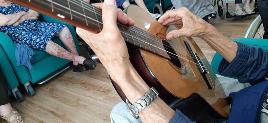 Disfrutando de la guitarra