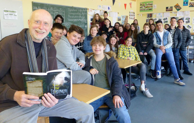 Jürgen Flüchter in der Klasse 8.2 der DBS.