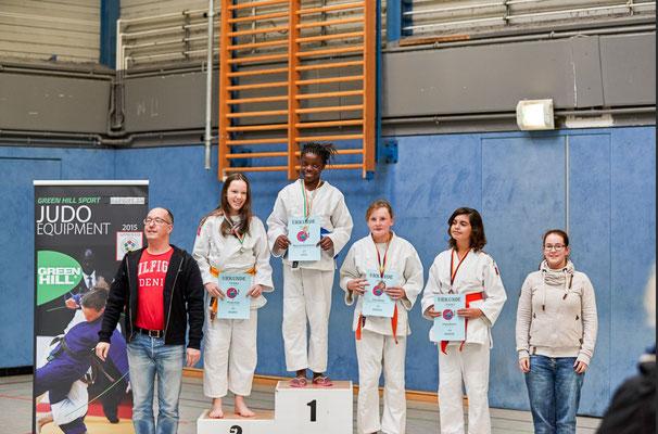 Siegerehrung bis 57kg: 1. Platz für Marie Abilong Boyomo und 3. Platz für Celina Müller