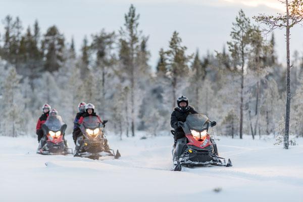 Gemeinsam auf Schneemobiltour
