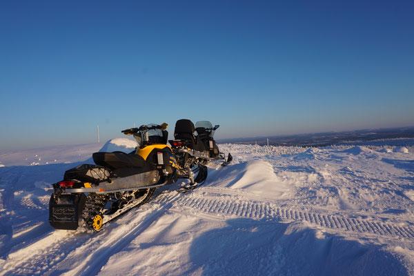 Schneemobile in Lapplands Winterlandschaft