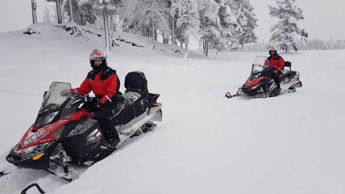 Schneemobiltour im tiefsten Winter