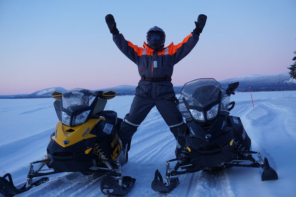 Auf den Winterwege Lapplands mit den Schneemobilen
