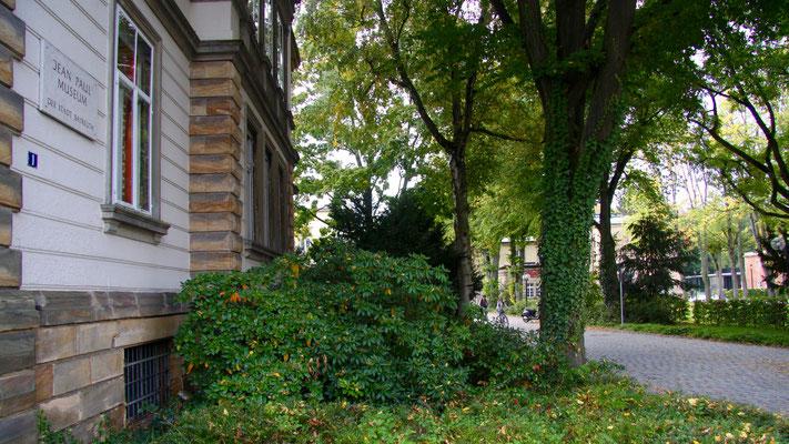 Das Gebäude rechts hinter den Bäumen ist das Haus Wahnfried mit dem Richard-Wagner-Museum