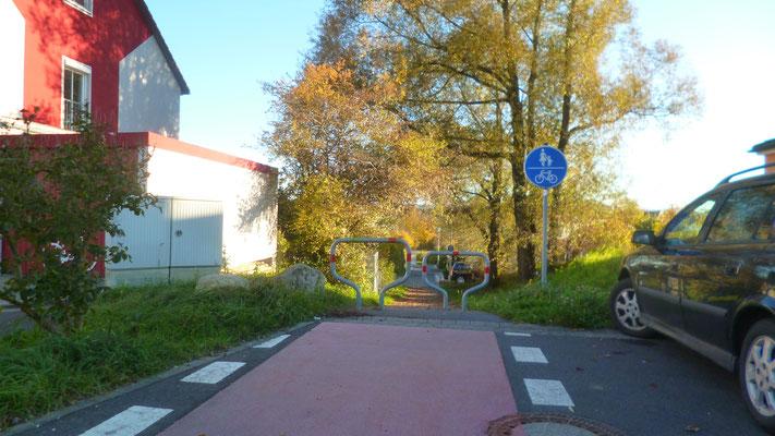 Der Jean-Paul-Weg führt nun in das nördliche Siedlungsgebiet von Eckersdorf
