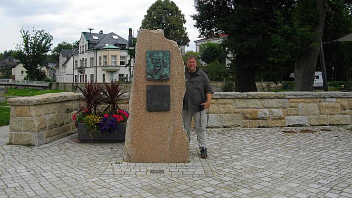 Peter neben dem Jean-Paul-Gedenkstein am Rathaus und dem früheren Schloss in Schwarzenbach a. d. Saale