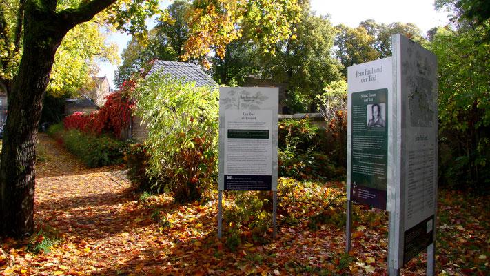 Vor dem Tor des Stadtfriedhofs Bayreuth Groß- und Sonderstation 129 »Jean Paul und der Tod«