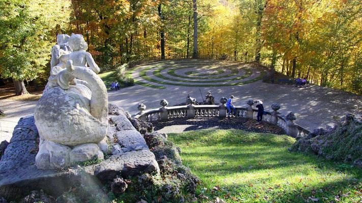 Blick auf die Rasenspirale im Schlosspark Fantaisie