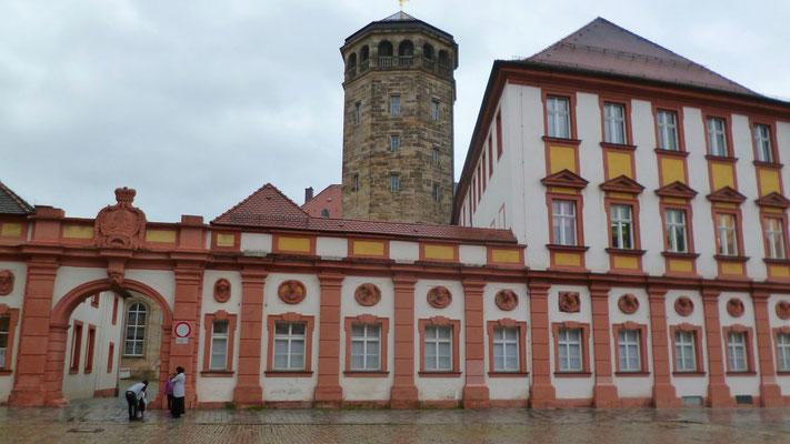 Mit im Gebäude-Ensemble: Altes Schloss/heute Finanzamt und der Stadtturm