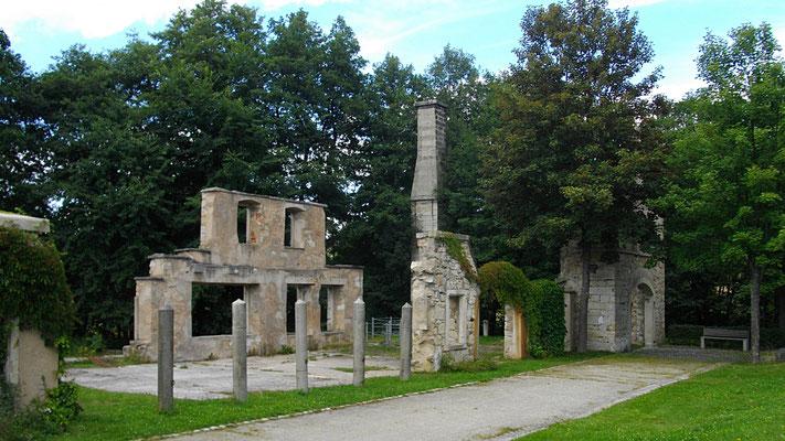 Kurpark Weißenstadt, Mauerreste der ehem. steinverarbeitenden Fabrik GraSyMa (Granit, Seyenit, Marmor)