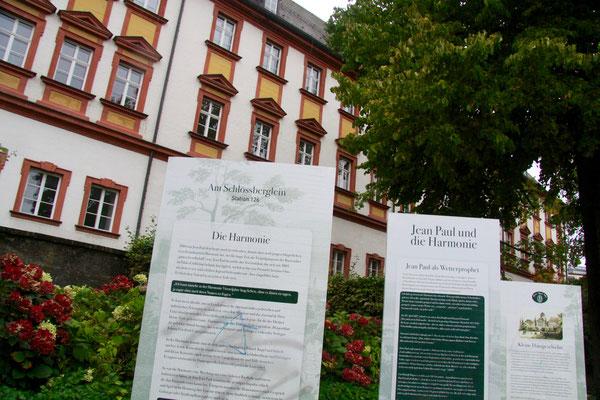 """Groß- und Sonderstation 126 """"Jean Paul und die Harmonie"""", im Hintergrund das Alte Schloss/Finanzamt"""