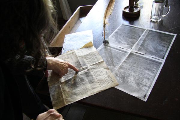 Frau Sommer zeigt Zeitungsartikel, in denen die Jean-Paul-Stube schon erwähnt wurde