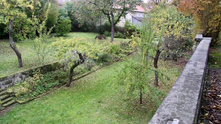 Blick vom oberen  Garten (Zwinger), früher Dörfler-Garten/Ebene 1 auf den unteren Garten/Ebene 2