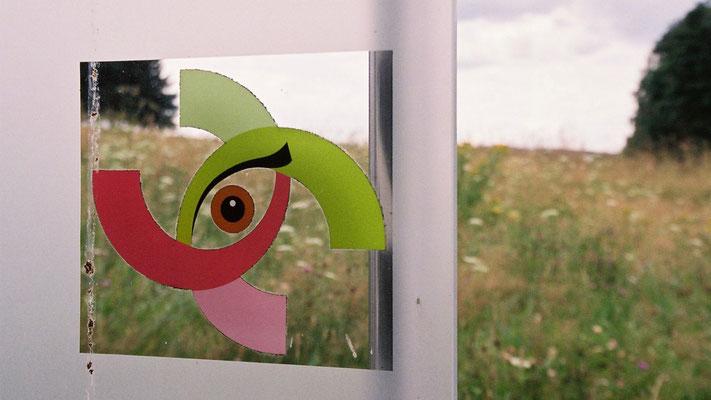 Stele des Kinderkunstprojektes »Hörst du den Wind?« vor Röslau