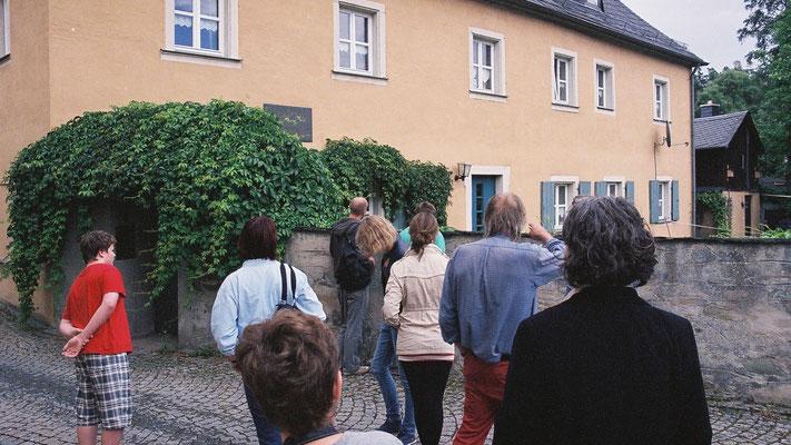 """""""Jean Paul""""- Freunde vor dem ehemaligen Pfarrhaus in Joditz"""
