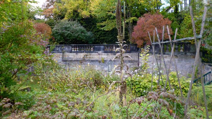 Blick vom Gartenteil/Ebene 3 auf die Balustrade des oberen Gartens/Ebene 1