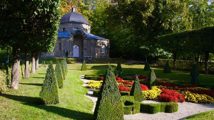 Schloss mit kleiner Parkanlage