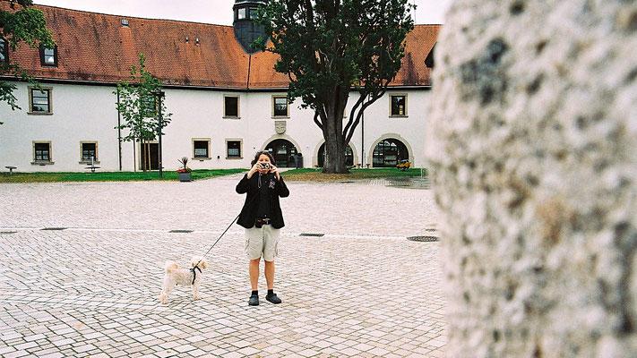 Ich fotografierePeter, hinter mir das frühere Schloss und heute Rathaus in Schwarzenbach a.d. Saale