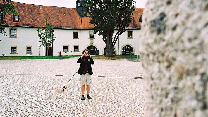 Ich fotografiere Peter, hinter mir das frühere Schloss und heute Rathaus in Schwarzenbach a. d. Saale